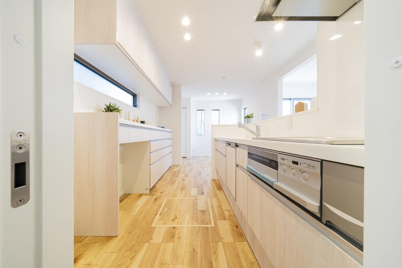 収納が多く家族で料理もできる、広くて便利なキッチン