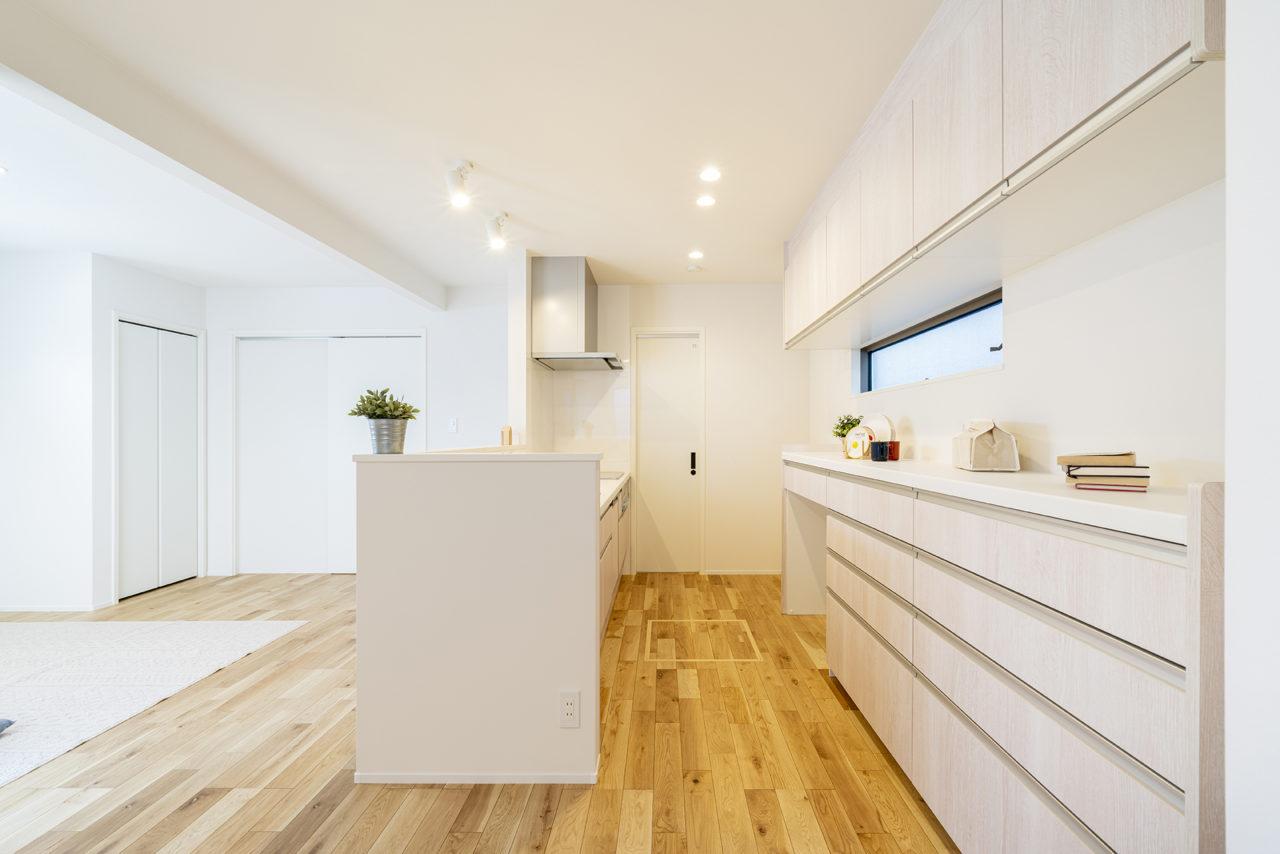 扉を開けると洗面所へ行ける、家事導線の良いキッチン