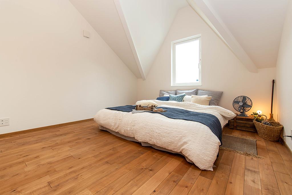 広くておしゃれな寝室